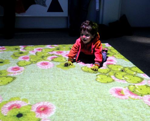 نظام الأرض التفاعلية في غرفة آيرس الحسية في جمعية رعاية الأطفال نابلس